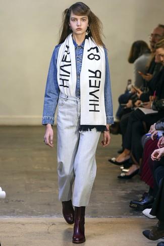 Wie kombinieren: blaue Jeansjacke, hellblaue Jeans, dunkelrote Leder Stiefeletten, weißer und schwarzer bedruckter Schal