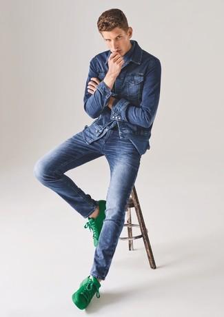 Weiße und grüne Leder niedrige Sneakers kombinieren – 108 Herren Outfits: Paaren Sie eine blaue Jeansjacke mit blauen Jeans, um mühelos alles zu meistern, was auch immer der Tag bringen mag. Weiße und grüne Leder niedrige Sneakers sind eine kluge Wahl, um dieses Outfit zu vervollständigen.