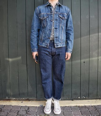 Blaue Jeansjacke kombinieren – 500+ Herren Outfits: Vereinigen Sie eine blaue Jeansjacke mit dunkelblauen Jeans, um einen lockeren, aber dennoch stylischen Look zu erhalten. Fühlen Sie sich ideenreich? Entscheiden Sie sich für weißen hohe Sneakers aus Segeltuch.