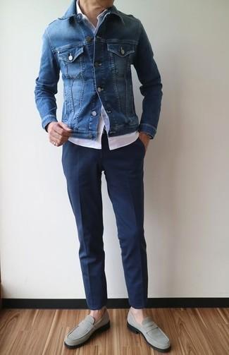 Wie kombinieren: blaue Jeansjacke, weißes Kurzarmhemd, dunkelblaue Anzughose, graue Wildleder Slipper