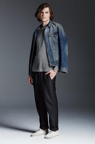 Wie kombinieren: blaue Jeansjacke, graues horizontal gestreiftes Langarmshirt, schwarze Jogginghose, weiße Segeltuch niedrige Sneakers