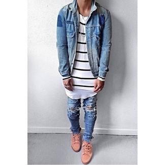 Wie kombinieren: blaue Jeansjacke, weißes und schwarzes horizontal gestreiftes Langarmshirt, blaue enge Jeans mit Destroyed-Effekten, rosa hohe Sneakers