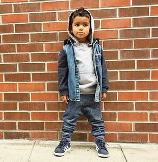 Wie kombinieren: blaue Jeansjacke, grauer Pullover mit einer Kapuze, dunkelgraue Jogginghose, dunkelgraue Turnschuhe