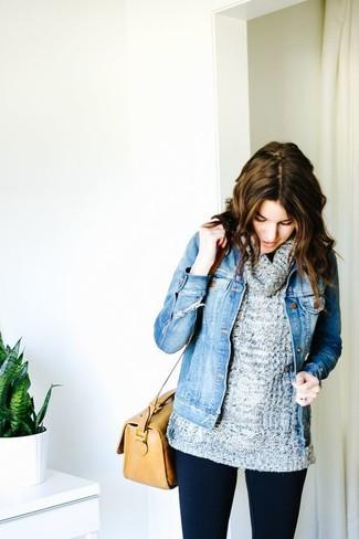 Dunkelgrauen Pullover mit einer weiten Rollkragen kombinieren – 36 Damen Outfits: Kombinieren Sie einen dunkelgrauen Pullover mit einer weiten Rollkragen mit dunkelblauen Leggings - mehr brauchen Sie nicht, um einen idealen lässigen Look zu kreieren.