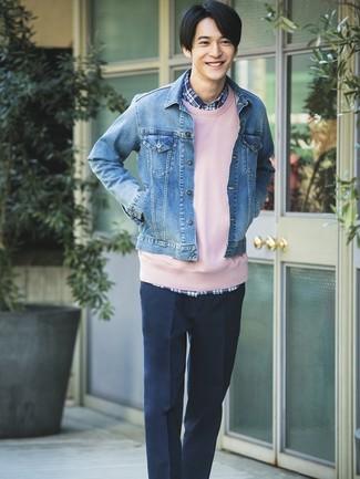 Wie kombinieren: blaue Jeansjacke, rosa Sweatshirt, dunkelblaues Langarmhemd mit Schottenmuster, dunkelblaue Anzughose