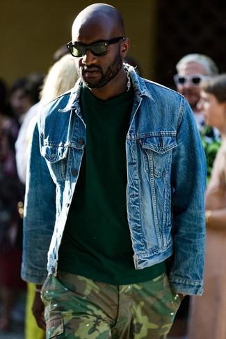 Wie kombinieren: blaue Jeansjacke, dunkelgrünes T-Shirt mit einem Rundhalsausschnitt, olivgrüne Camouflage Cargohose, dunkelgrüne Sonnenbrille