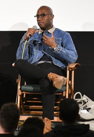Wie kombinieren: blaue Jeansjacke, graues T-Shirt mit einem Rundhalsausschnitt, schwarze Chinohose, braune Lederfreizeitstiefel