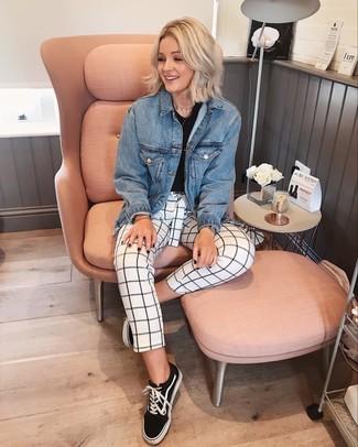 Weiße und dunkelblaue enge Hose mit Karomuster kombinieren: trends 2020: Probieren Sie diese Kombination aus einer blauen Jeansjacke und einer weißen und dunkelblauen enger Hose mit Karomuster für einen gepflegten Casual-Look. Wenn Sie nicht durch und durch formal auftreten möchten, ergänzen Sie Ihr Outfit mit schwarzen und weißen Segeltuch niedrigen Sneakers.