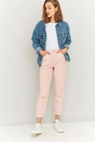 Wie kombinieren: blaue Jeansjacke, weißes T-Shirt mit einem Rundhalsausschnitt, rosa Boyfriend Jeans, weiße niedrige Sneakers