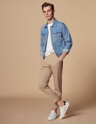 Blaue Jeansjacke kombinieren: trends 2020: Tragen Sie eine blaue Jeansjacke und eine beige Chinohose für einen bequemen Alltags-Look. Fühlen Sie sich ideenreich? Wählen Sie weißen Leder niedrige Sneakers.