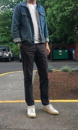 Weiße Leder niedrige Sneakers kombinieren: trends 2020: Kombinieren Sie eine blaue Jeansjacke mit einer dunkelgrauen Chinohose für ein Alltagsoutfit, das Charakter und Persönlichkeit ausstrahlt. Fühlen Sie sich mutig? Ergänzen Sie Ihr Outfit mit weißen Leder niedrigen Sneakers.