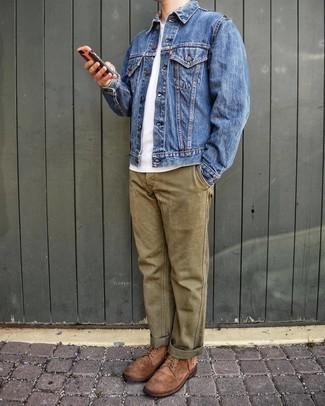 Blaue Jeansjacke kombinieren – 500+ Herren Outfits: Vereinigen Sie eine blaue Jeansjacke mit einer olivgrünen Chinohose für ein großartiges Wochenend-Outfit. Eine braune Wildlederfreizeitstiefel bringen Eleganz zu einem ansonsten schlichten Look.
