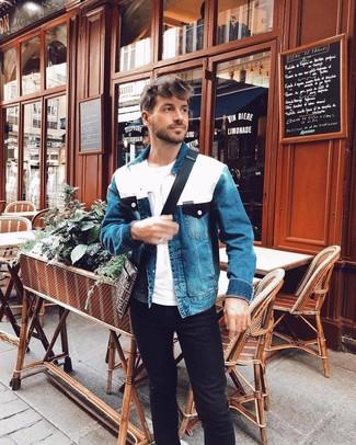 Wie kombinieren: blaue Jeansjacke, weißes T-Shirt mit einem Rundhalsausschnitt, schwarze Jeans, dunkelbraune bedruckte Segeltuch Umhängetasche
