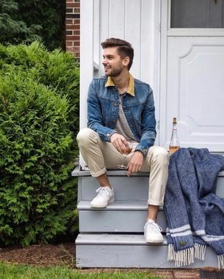 Wie kombinieren: blaue Jeansjacke, graues T-shirt mit einer Knopfleiste, hellbeige Chinohose, weiße niedrige Sneakers