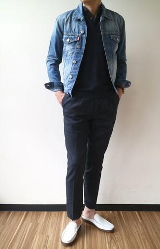 Wie kombinieren: blaue Jeansjacke, schwarzes T-shirt mit einer Knopfleiste, schwarze Chinohose, weiße Leder Slipper