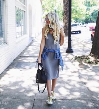 Wenn Sie Jeans und T-Shirt bevorzugen, dann gefällt Ihnen die einfache Kombination aus einer blauen jeansjacke und einer schwarzen leder beuteltasche von Saint Laurent. Weiße niedrige sneakers fügen sich nahtlos in einer Vielzahl von Outfits ein.