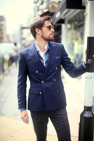 Wie kombinieren: blaue Jeansjacke, dunkelblaues Zweireiher-Sakko, weißes Langarmhemd, dunkelgraue Wollanzughose mit Schottenmuster