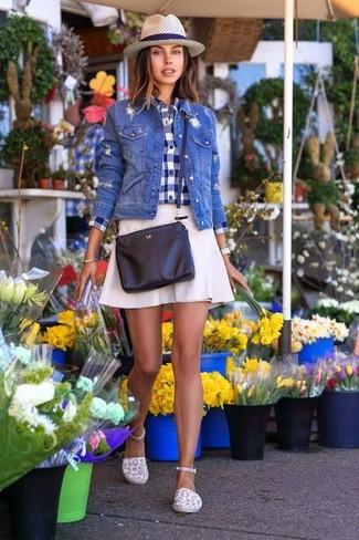 Wie kombinieren: blaue Jeansjacke, dunkelblaues und weißes Businesshemd mit Vichy-Muster, weißer A-Linienrock, weiße Segeltuch Espadrilles