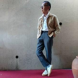 Hellblaue Socken kombinieren – 137 Herren Outfits: Für ein bequemes Couch-Outfit, kombinieren Sie eine beige Jeansjacke mit hellblauen Socken. Entscheiden Sie sich für weißen Segeltuch niedrige Sneakers, um Ihr Modebewusstsein zu zeigen.