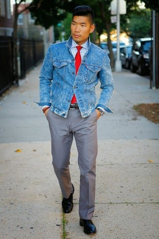 Wie kombinieren: blaue Jeansjacke, weißes Businesshemd mit Karomuster, graue Chinohose, schwarze Leder Derby Schuhe