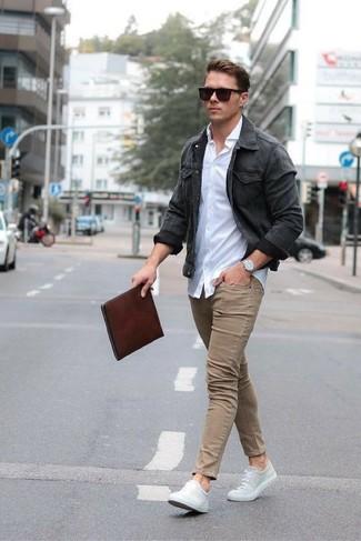 Wie kombinieren: dunkelgraue Jeansjacke, weißes Businesshemd, beige enge Jeans, graue Segeltuch niedrige Sneakers