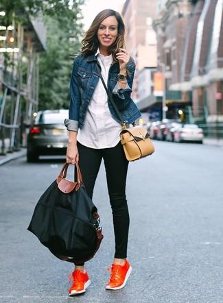 Wie kombinieren: blaue Jeansjacke, weißes Businesshemd, schwarze enge Jeans, orange Leder niedrige Sneakers