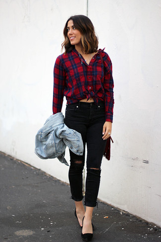Wie kombinieren: hellblaue Jeansjacke, rotes und dunkelblaues Businesshemd mit Schottenmuster, schwarze enge Jeans mit Destroyed-Effekten, schwarze Wildleder Pumps