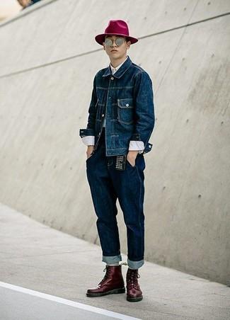 Wie kombinieren: dunkelblaue Jeansjacke, weißes Businesshemd, dunkelblaue Jeans, dunkelrote Lederfreizeitstiefel