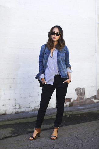 Wie kombinieren: blaue Jeansjacke, hellblaues Businesshemd, schwarze Karottenhose, schwarze Leder Sandaletten