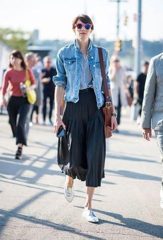 Wie kombinieren: blaue Jeansjacke, weißes und blaues vertikal gestreiftes Businesshemd, schwarzer Falten Midirock, silberne Leder Slipper