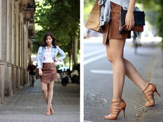 Wie kombinieren: hellblaue Jeansjacke, weißes Businesshemd, brauner Leder Minirock, braune Römersandalen aus Leder