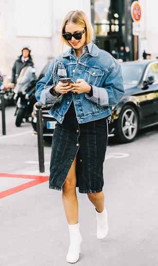 Wie kombinieren: blaue Jeansjacke, weißes und dunkelblaues vertikal gestreiftes Businesshemd, schwarzer Jeansrock mit knöpfen, weiße Leder Stiefeletten