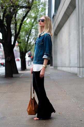 hellblaue Jeansjacke, weißes Seide Businesshemd, schwarzer