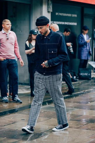 Wie kombinieren: dunkelblaue Jeansjacke, graue Chinohose mit Schottenmuster, schwarze und weiße hohe Sneakers aus Segeltuch, schwarze Mütze