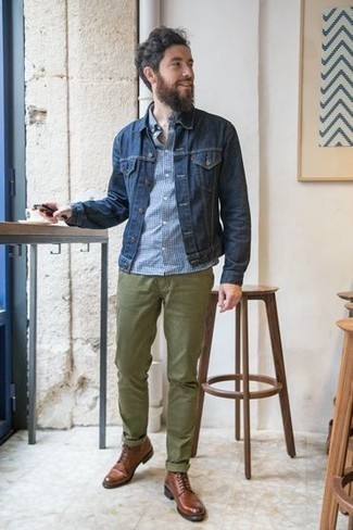 Olivgrüne Chinohose kombinieren: trends 2020: Vereinigen Sie eine dunkelblaue Jeansjacke mit einer olivgrünen Chinohose für ein Alltagsoutfit, das Charakter und Persönlichkeit ausstrahlt. Vervollständigen Sie Ihr Outfit mit einer braunen Lederfreizeitstiefeln, um Ihr Modebewusstsein zu zeigen.