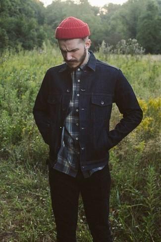 Dunkelblaues Langarmhemd mit Schottenmuster kombinieren: trends 2020: Kombinieren Sie ein dunkelblaues Langarmhemd mit Schottenmuster mit einer schwarzen Chinohose, um einen lockeren, aber dennoch stylischen Look zu erhalten.