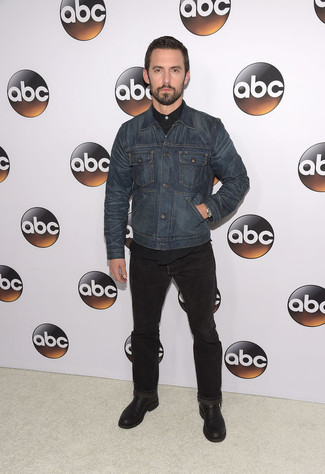 Wie kombinieren: dunkelblaue Jeansjacke, schwarzes Langarmhemd, schwarze Jeans, schwarze Chukka-Stiefel aus Leder