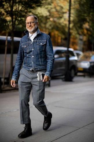 Wie kombinieren: dunkelblaue Jeansjacke, weißes Langarmhemd, graue Wollanzughose, schwarze Brogue Stiefel aus Leder