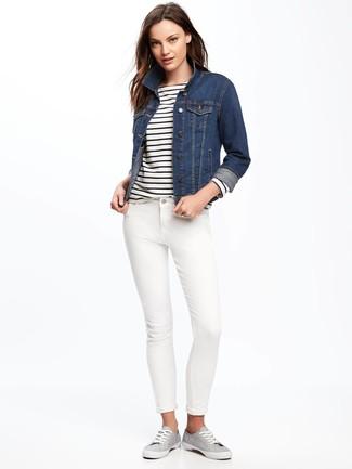 Wie kombinieren  dunkelblaue Jeansjacke, weißes und dunkelblaues horizontal  gestreiftes Langarmshirt, weiße enge Jeans 3eec123c30