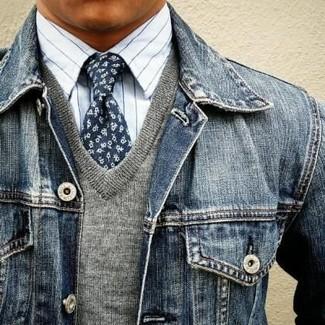 Wie kombinieren: dunkelblaue Jeansjacke, grauer Pullover mit einem V-Ausschnitt, weißes vertikal gestreiftes Businesshemd, dunkelblaue Krawatte mit Blumenmuster
