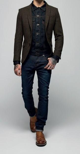 Wie kombinieren: dunkelblaue Jeansjacke, dunkelbraunes Wollsakko, dunkelblaue Jeans, braune Chelsea-Stiefel aus Leder