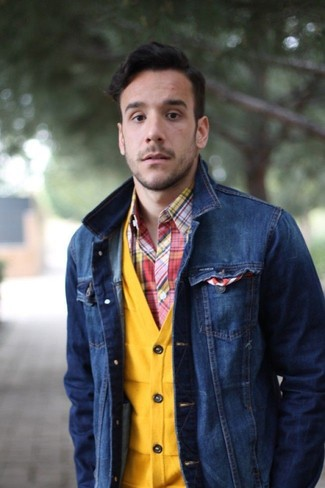 Wie kombinieren: dunkelblaue Jeansjacke, gelbe Strickjacke, rotes Langarmhemd mit Schottenmuster, weißes und rotes horizontal gestreiftes Einstecktuch