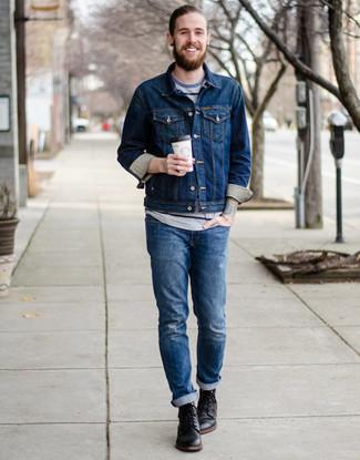 Wie kombinieren: dunkelblaue Jeansjacke, graues horizontal gestreiftes T-Shirt mit einem Rundhalsausschnitt, blaue Jeans mit Destroyed-Effekten, schwarze Lederfreizeitstiefel