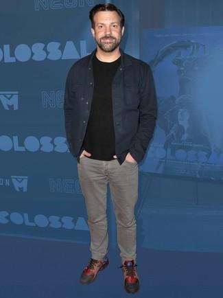 Wie kombinieren: dunkelblaue Jeansjacke, schwarzes T-Shirt mit einem Rundhalsausschnitt, graue Jeans, mehrfarbige Leder niedrige Sneakers