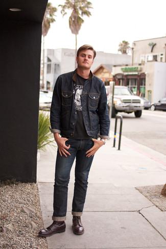 Wie kombinieren: dunkelblaue Jeansjacke, schwarzes und weißes bedrucktes T-Shirt mit einem Rundhalsausschnitt, dunkelblaue Jeans, dunkelrote Lederfreizeitstiefel