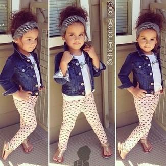 Wie kombinieren: dunkelblaue Jeansjacke, weißes T-shirt, rosa Leggings, goldene Sandalen