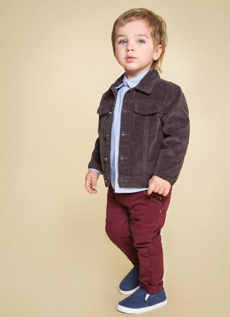Wie kombinieren: dunkelbraune Jeansjacke, hellblaues Langarmhemd, dunkelrote Jeans, dunkelblaue Turnschuhe