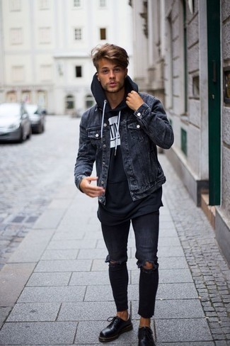 Dunkelblaue enge Jeans mit Destroyed-Effekten kombinieren: trends 2020: Kombinieren Sie eine dunkelgraue Jeansjacke mit dunkelblauen engen Jeans mit Destroyed-Effekten für einen entspannten Wochenend-Look. Fühlen Sie sich ideenreich? Ergänzen Sie Ihr Outfit mit schwarzen Leder Derby Schuhen.
