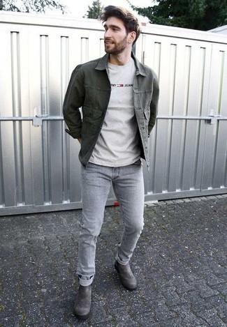 30 Jährige: Graue Chelsea Boots aus Wildleder kombinieren – 41 Herren Outfits: Entscheiden Sie sich für eine dunkelgrüne Jeansjacke und grauen Jeans für ein großartiges Wochenend-Outfit. Fügen Sie grauen Chelsea Boots aus Wildleder für ein unmittelbares Style-Upgrade zu Ihrem Look hinzu.