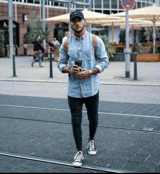 Wie kombinieren: hellblaue Jeansjacke, schwarze enge Jeans, schwarze und weiße hohe Sneakers aus Segeltuch, brauner Leder Rucksack